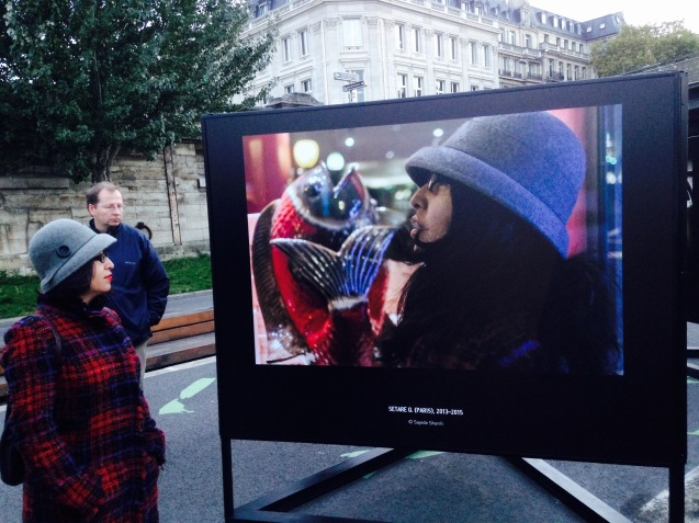Migrantes, Vue d'exposition- GENRE PHOTOGRAPHIQUE / PHOTOGRAPHIE DE GENRE, Berges de Seine (Passerelle L.S.Senghor), Paris, 2015