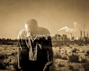 ۴۴ : دود La fumée : 44 ۱۰ چشم انتظار روزی باش که ٓاسمان به ٓاشکارا دود بیاورد. ۱۱ و دود همهی مردم را در خود فروپوشد و این عذابی ست ٓ درداور ... ... 10 Guette donc le jour où le ciel apportera une fumée visible 11 qui couvrira les Hommes ! Voici un tourment cruel !